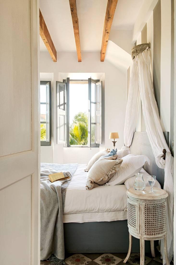 dormitorio-con-cama-con-pseudodosel-y-techo-de-vigas-vista-00378440 21ce0985. Romanticismo con historia
