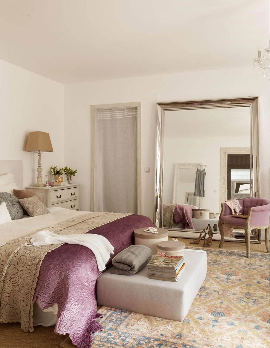 dormitorio-con-espejo-extragrande-en-la-pared-y-butaca-lica-sobre-alfombra 485a315c. El magnetismo del espejo