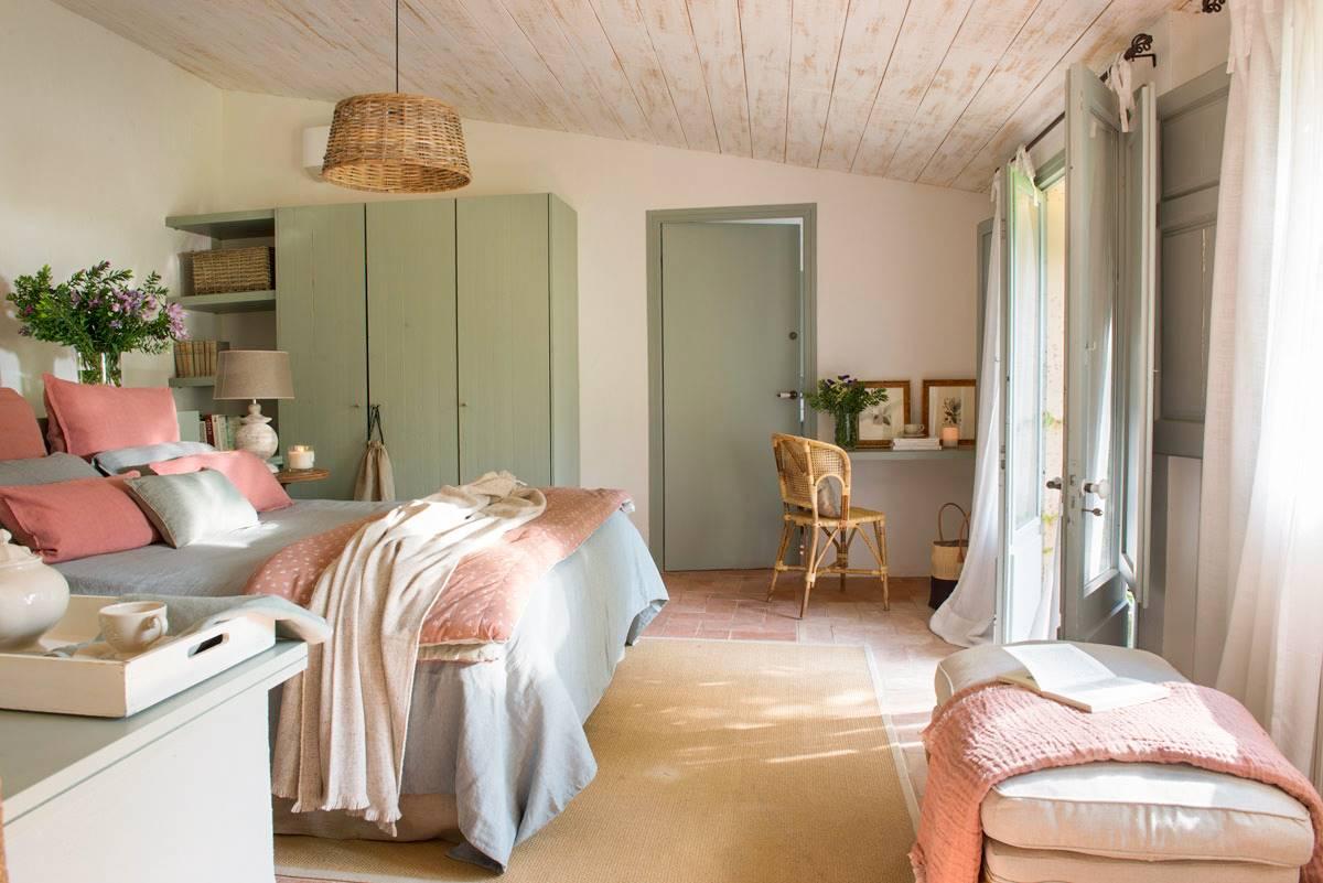 dormitorio-con-suelo-de-tova-y-techo-de-madera-con-lampara-de-techo-fibra-natural-y-arbmario-color-verde-469406-o 01ab5b6f. Al natural