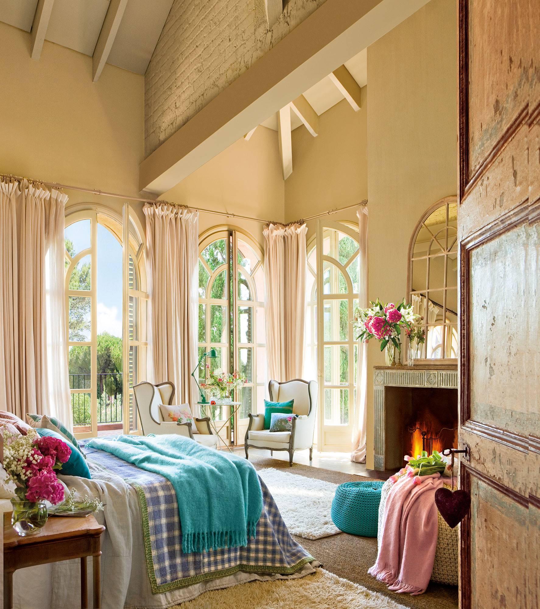 dormitorio-con-tchos-altos-chimenea-y-tres-ventanales-al-jardin 0ff73809. A través de la ventana