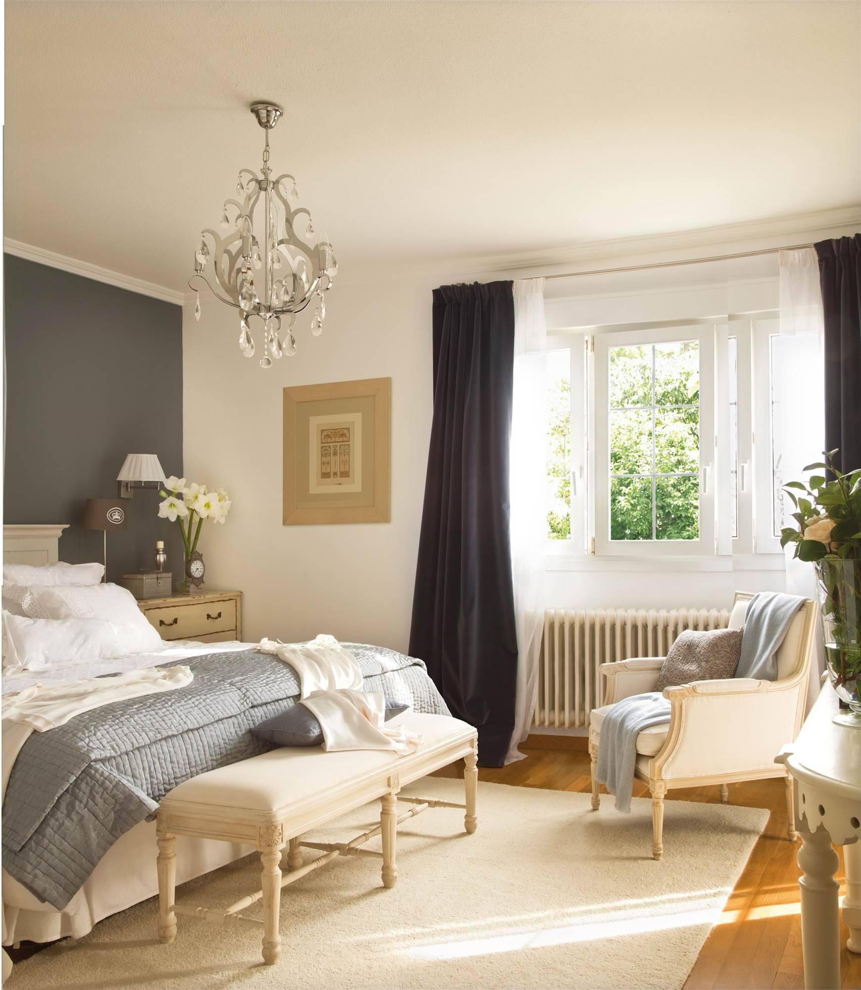 dormitorio-con-una-pared-pintada-de-oscuro-y-una-lampara-de-estilo-barroco 7f9fba59 1740x2000. Un tándem romántico