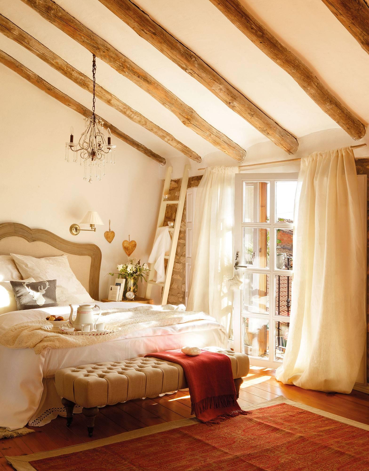 dormitorio-con-vigas-de-madera-y-cabecero-de-madera-y-entelado a6edfeaa. Dormitorio romántico rural