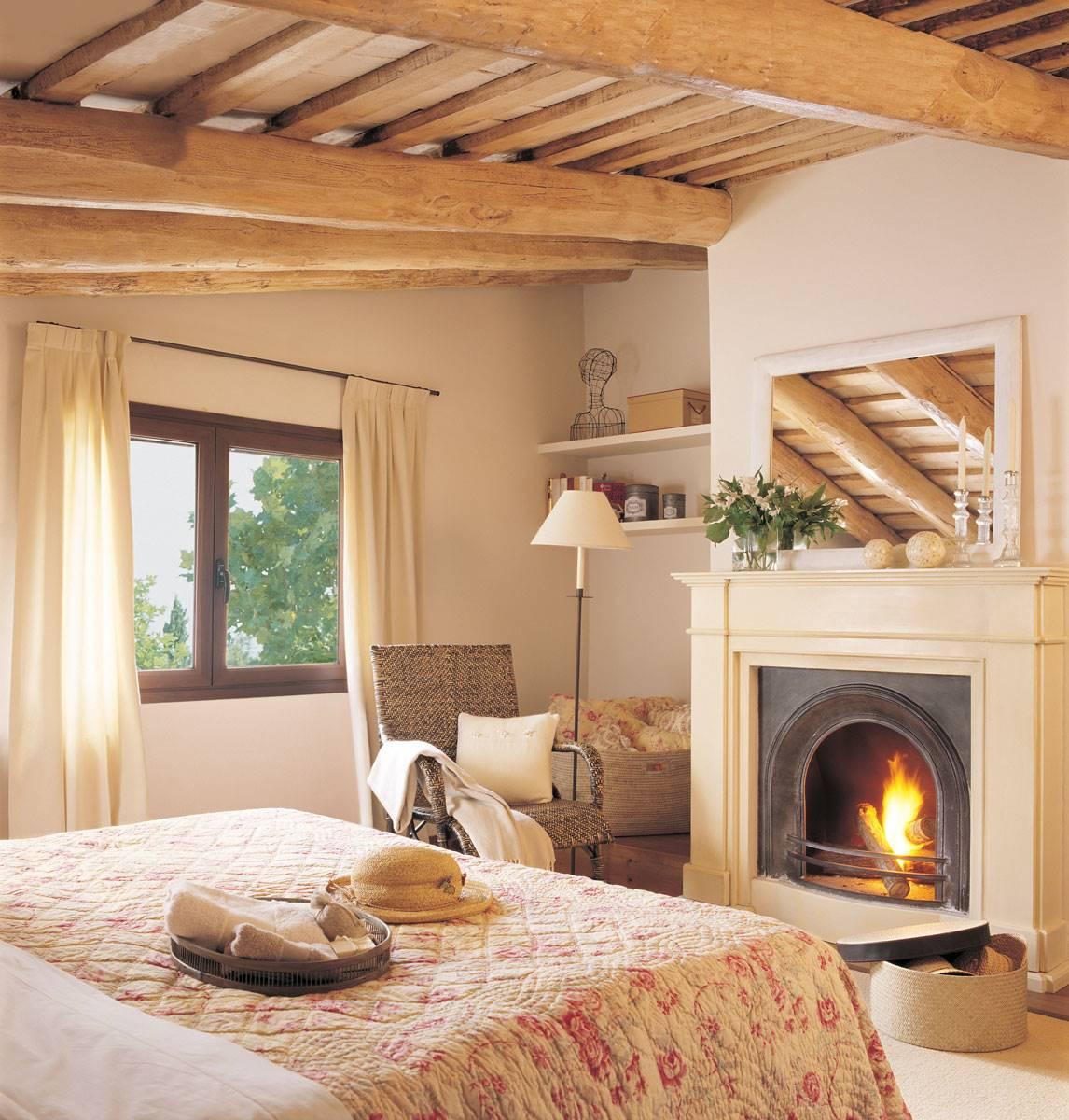 dormitorio-con-vigas-de-madera-y-chimenea-156153 3f03560d. La llama del romanticismo