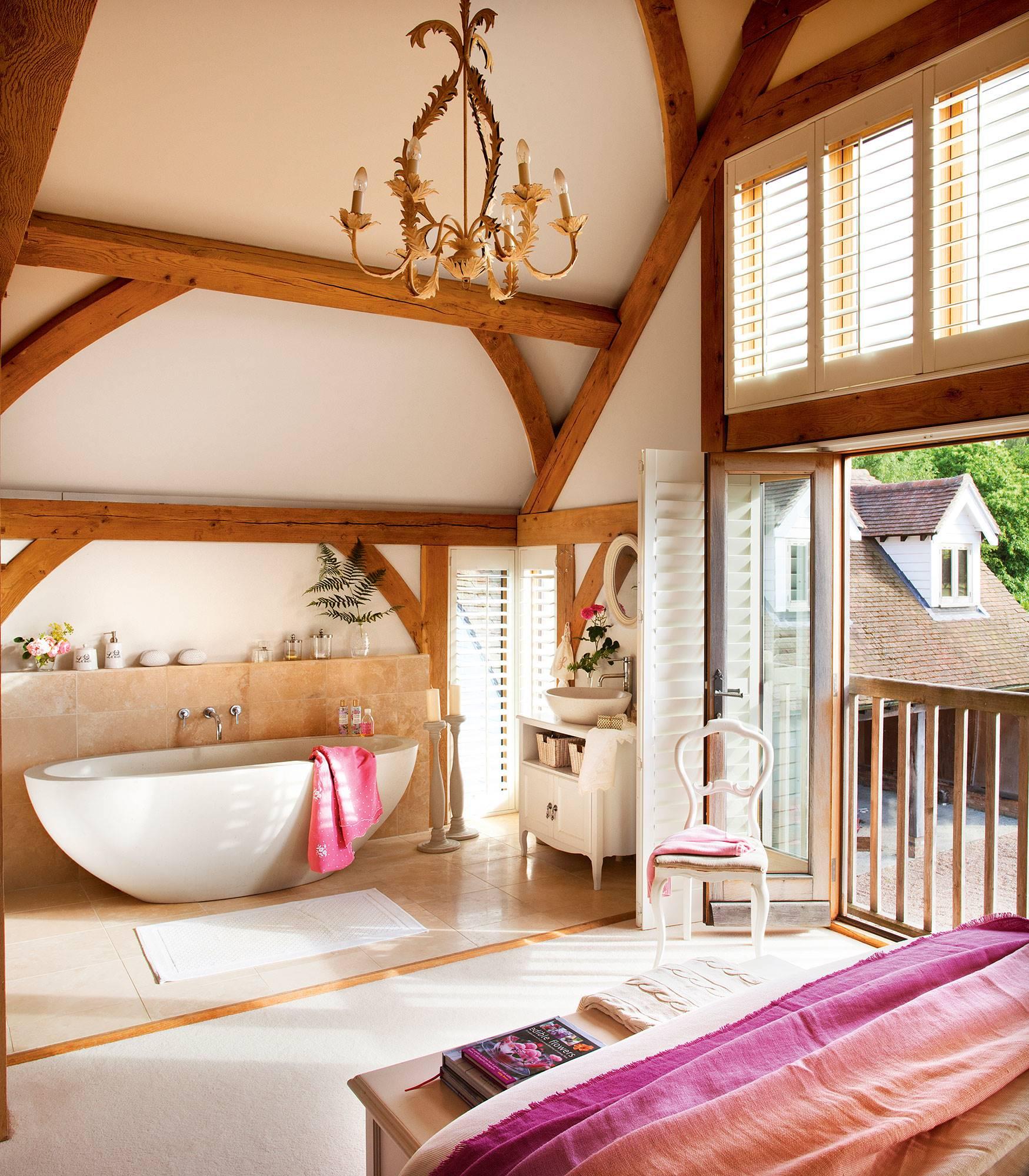 dormitorio-de-casa-de-campo-con-banera-ovalada-a-pie-de-cama 54055a50. Con bañera