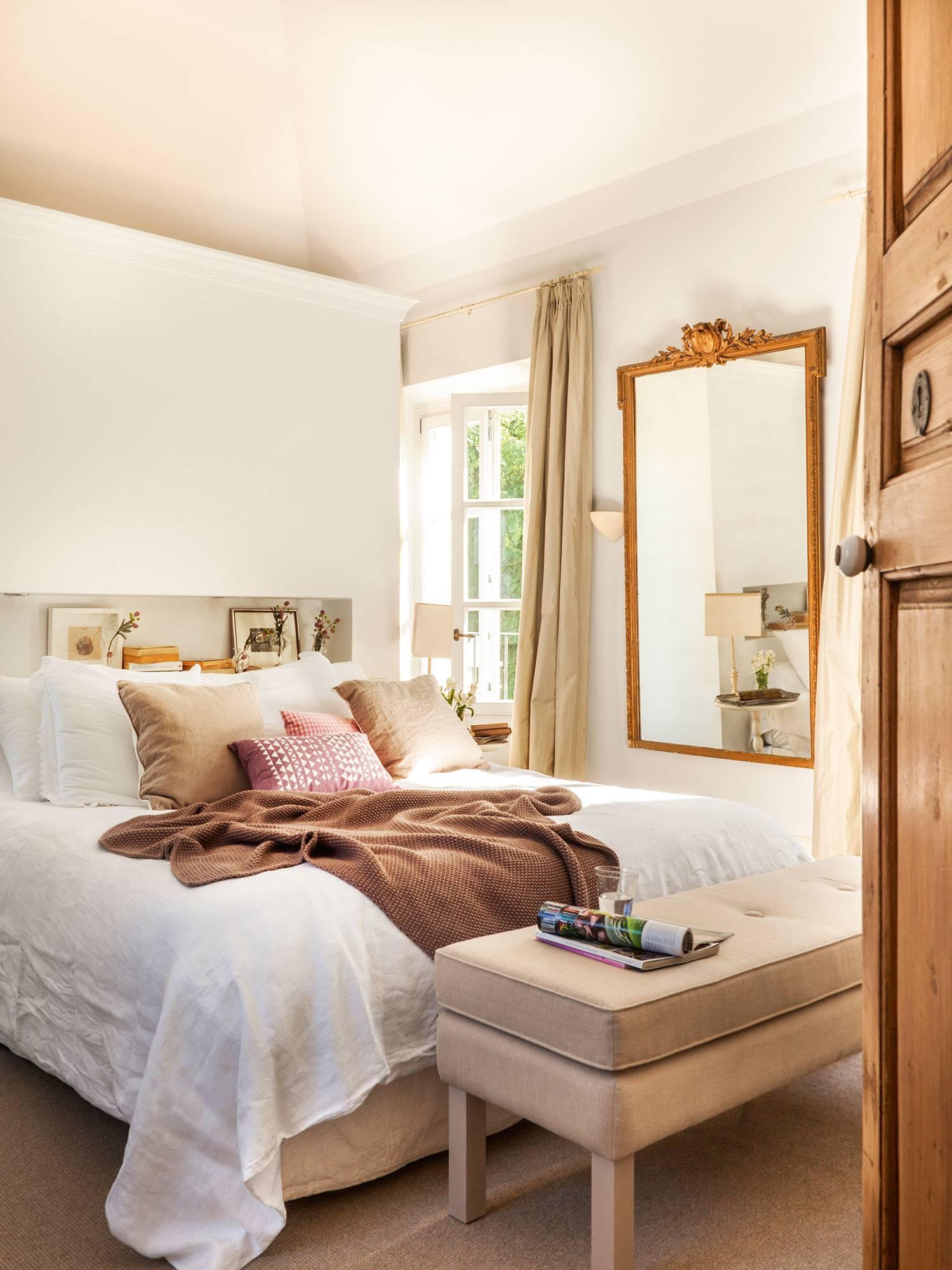 dormitorio-en-blanco-con-murete-separador-a-modo-de-cabecero f2531d70. Romántico chic