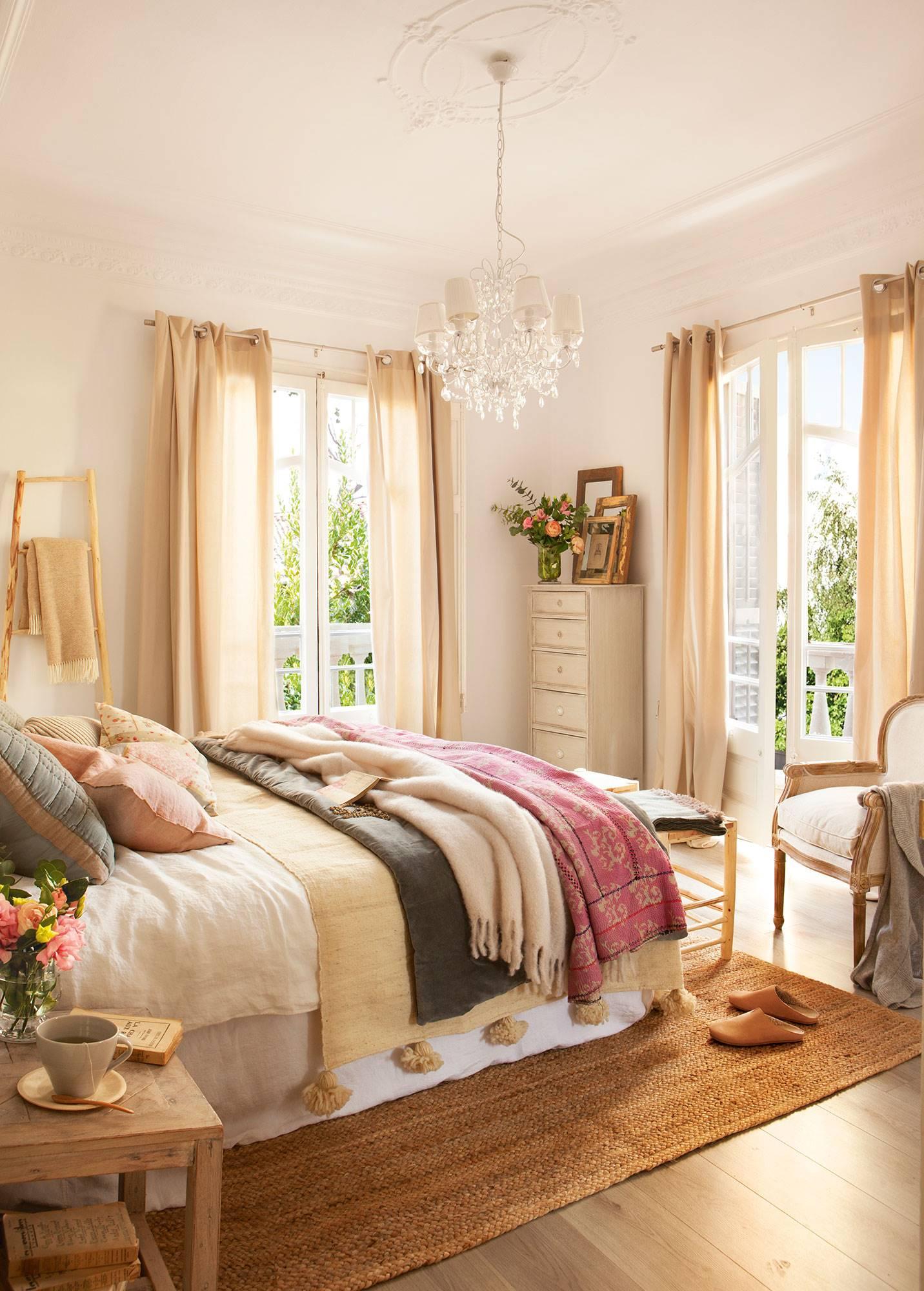 dormitorio-en-finca-regia-con-dos-grandes-ventanales ec8255cf. Aroma romántico