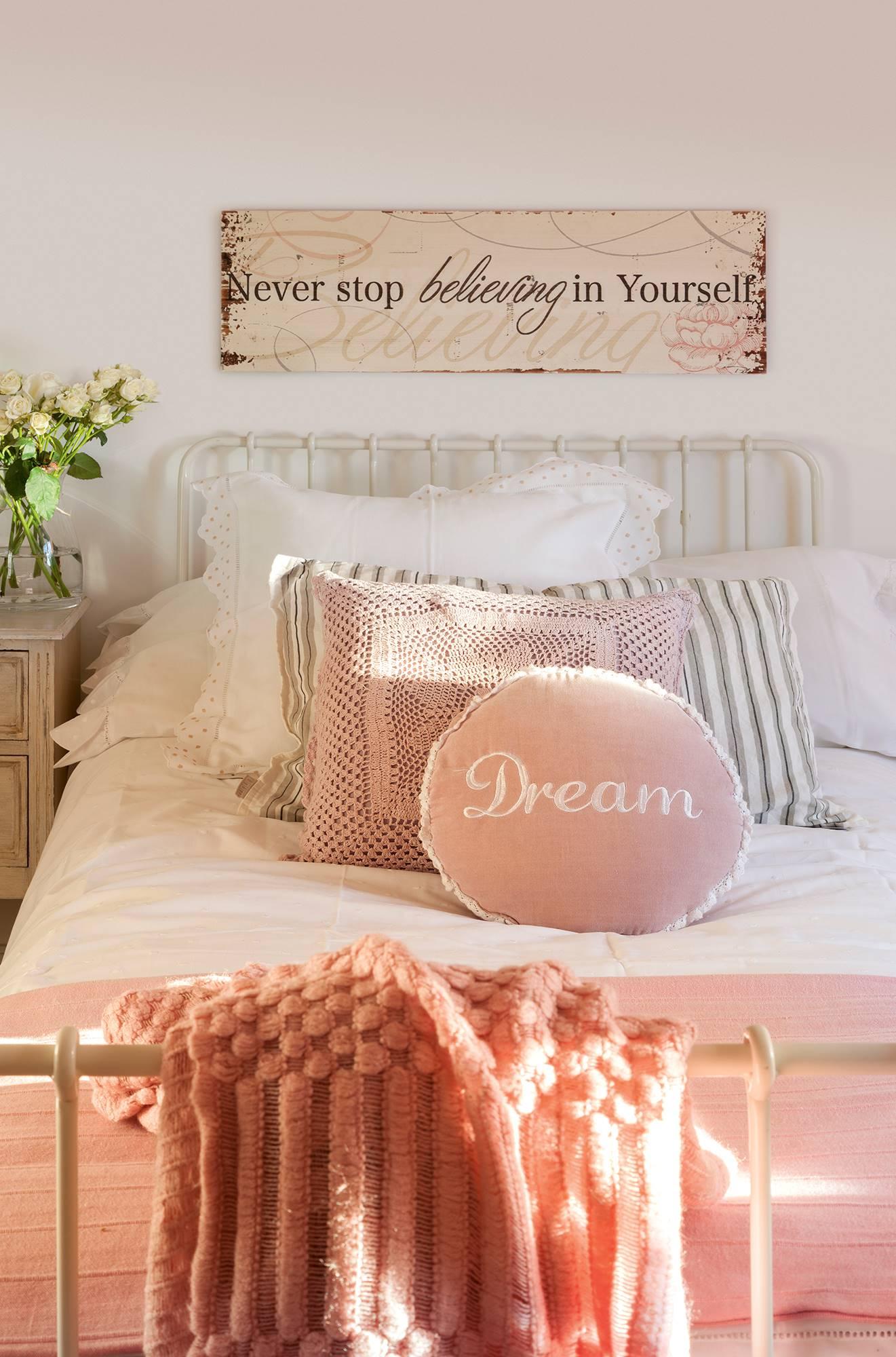 semitoma-de-dormitorio-con-cama-de-forja-y-ropa-de-cama-blanca-y-rosa 5a867f0d. Romanticismo con sabor campestre