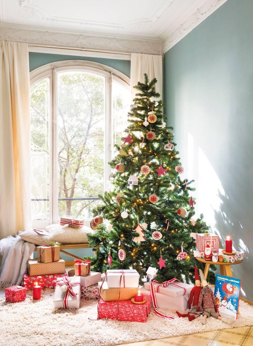 6000808c2e3 regalos-navidad-a-conjunto-arbol-navidad-clasico 470938. Una