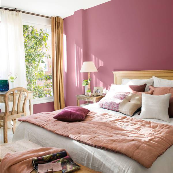 dormitorio con pared morada_PISCIS-MORADO-RETOQUE-VIRGIN-00457206