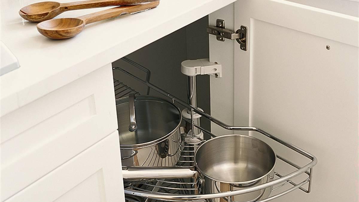 Armarios de cocina en orden y bien aprovechados