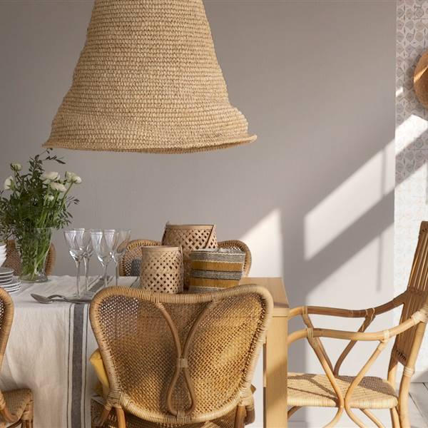 Cómo pintar un salón comedor con muebles de fibra natural