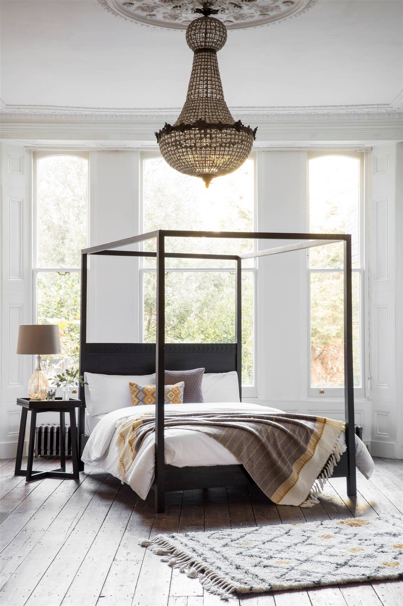 The Hedonist Black 4-Poster Bed - Lifestyle. Una imponente cama con dosel