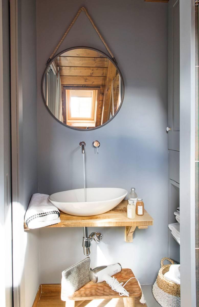 baño-espejo-redondo-y-balda-como-encimera-para- 59c8166192ee