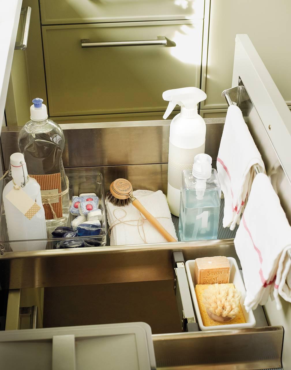 Cajón con separadores para productos de limpieza. No leer las instrucciones de los productos