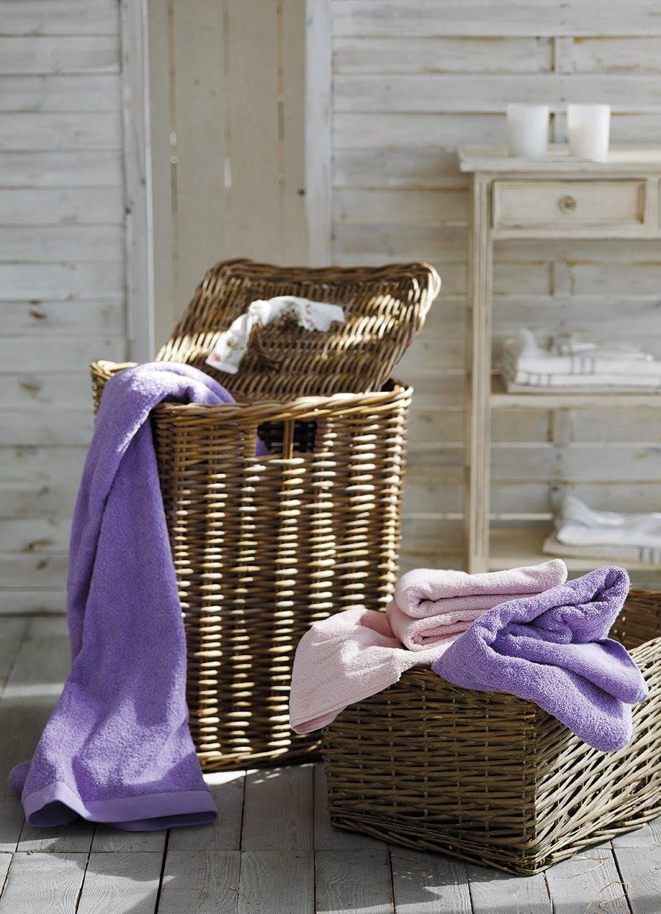 detalle de cestas de mimbre con toallas en color malva y rosa 926x1280. Dejar las toallas húmedas