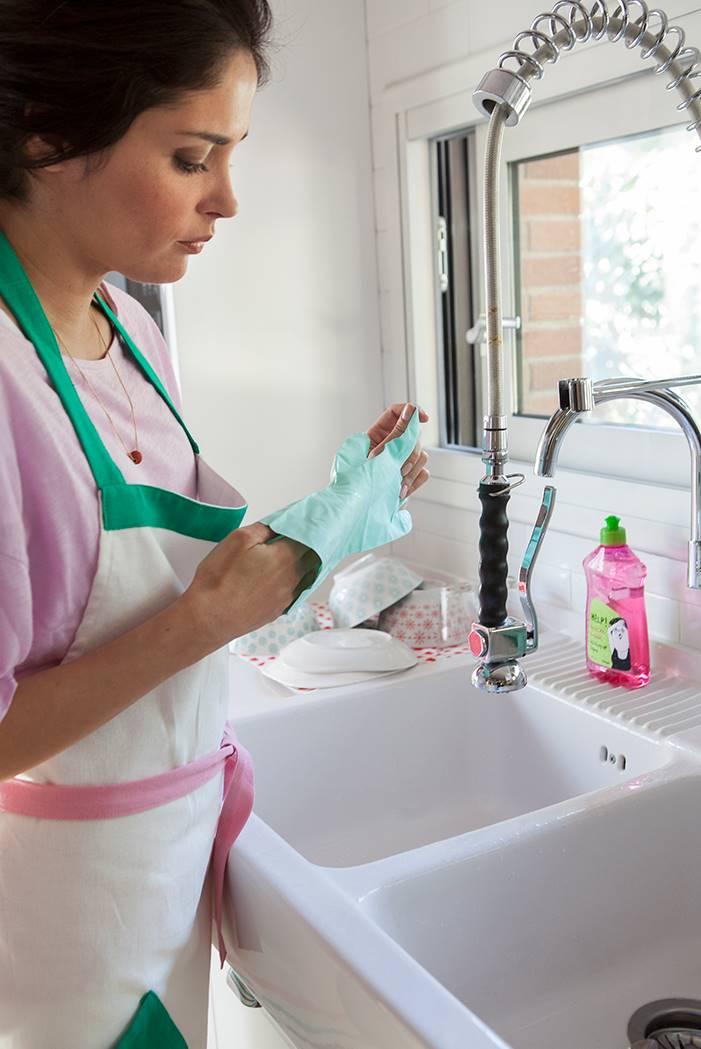 mujer lavando platos. No utilizar guantes