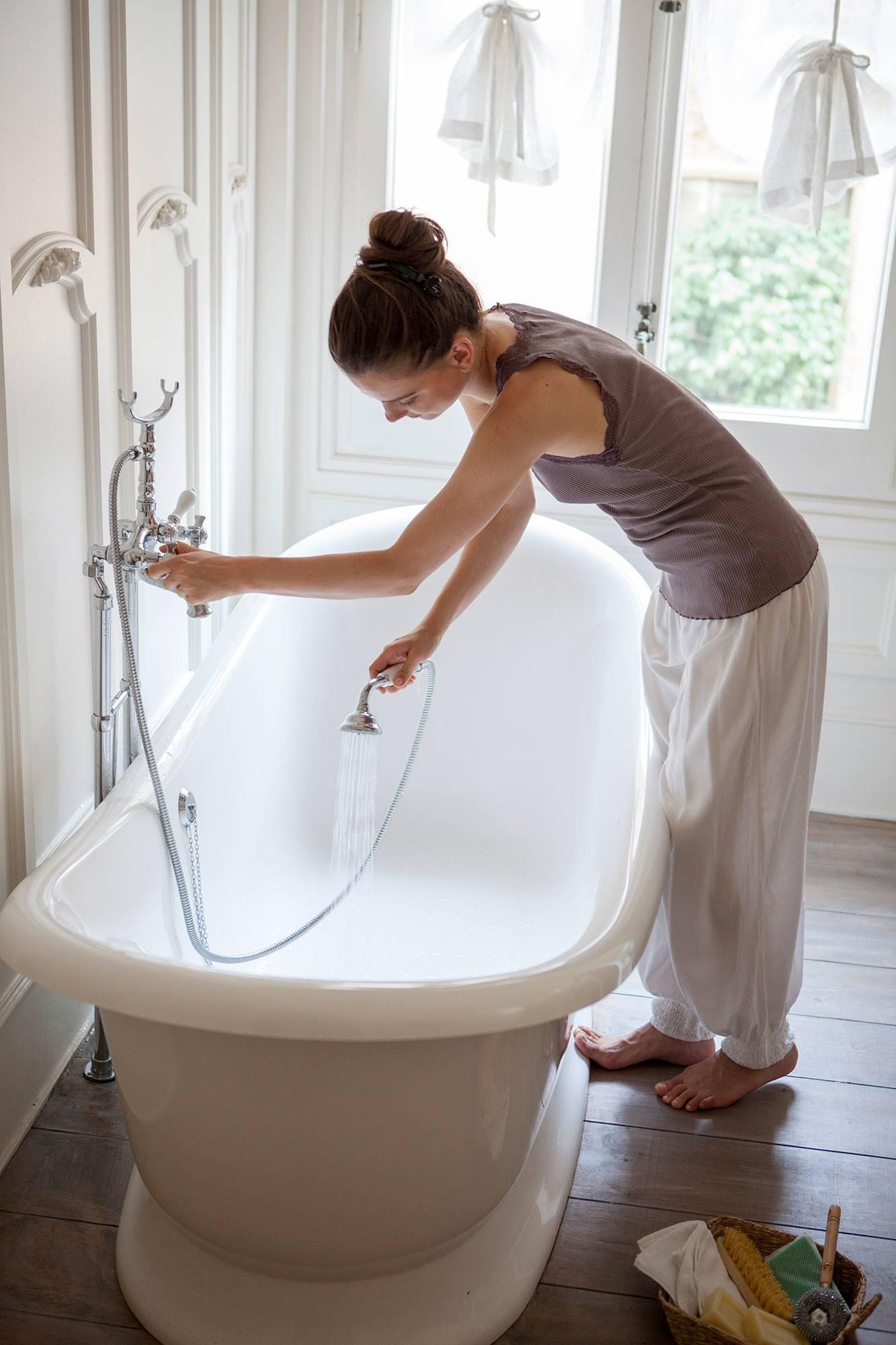 Mujer limpiando el baño 00366330 O. No dejar actuar a los productos