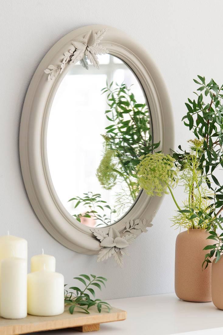 f521ec0f3725 espejo-ovalado-junto-a-velas-y-jarrones-de-