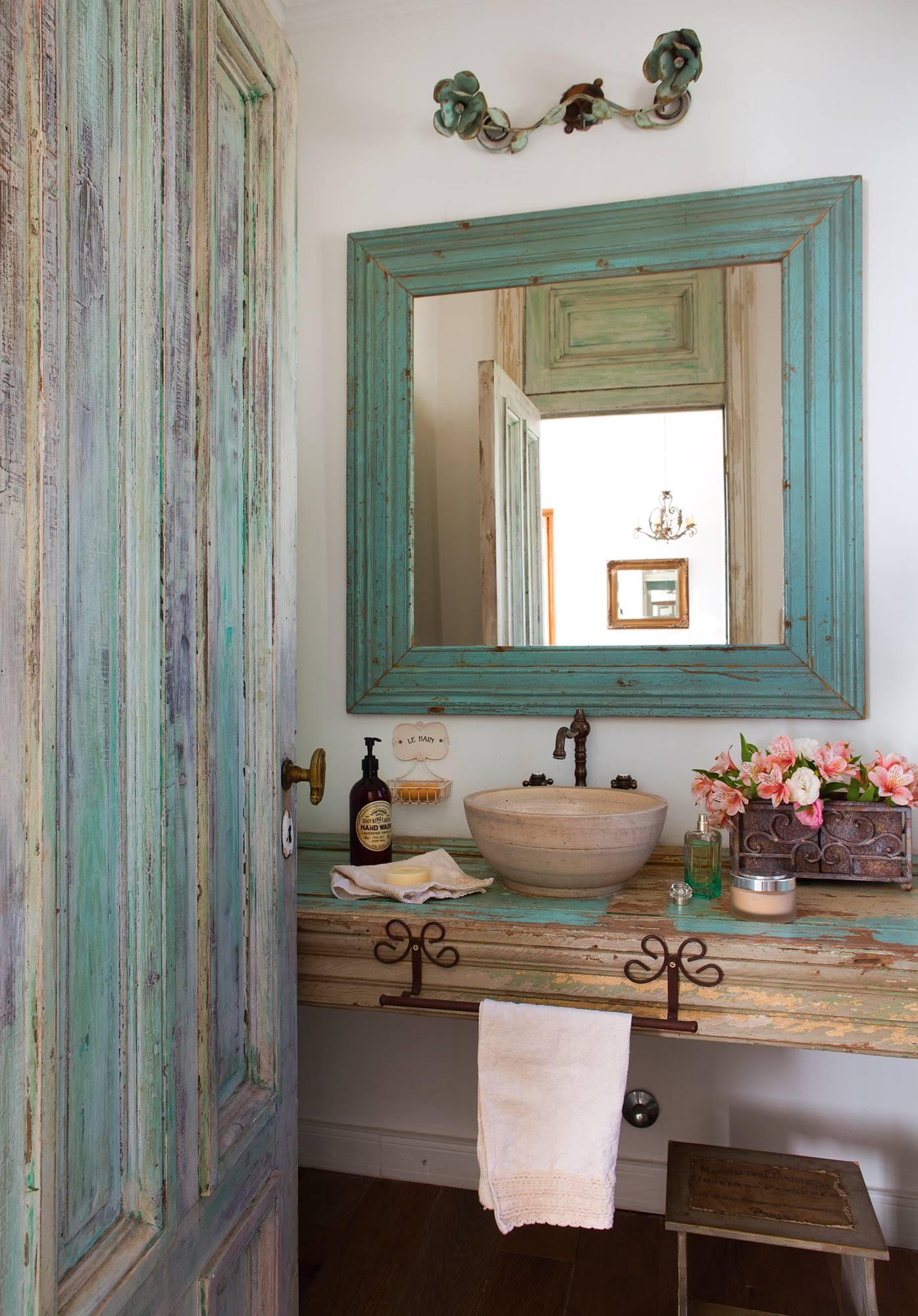 e82108f46027 Baño campestre vintage con espejo con marco de madera en verde azulado y  puerta en tonos