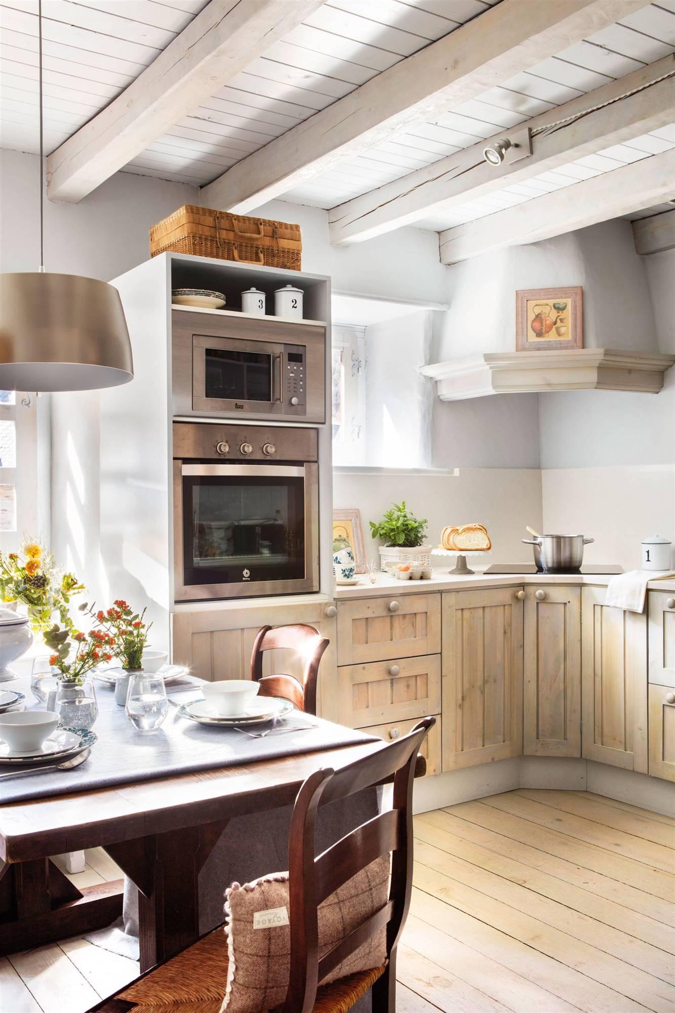 50 cocinas r sticas bonitas con muebles vintage y mucho - Campana de cocina ...