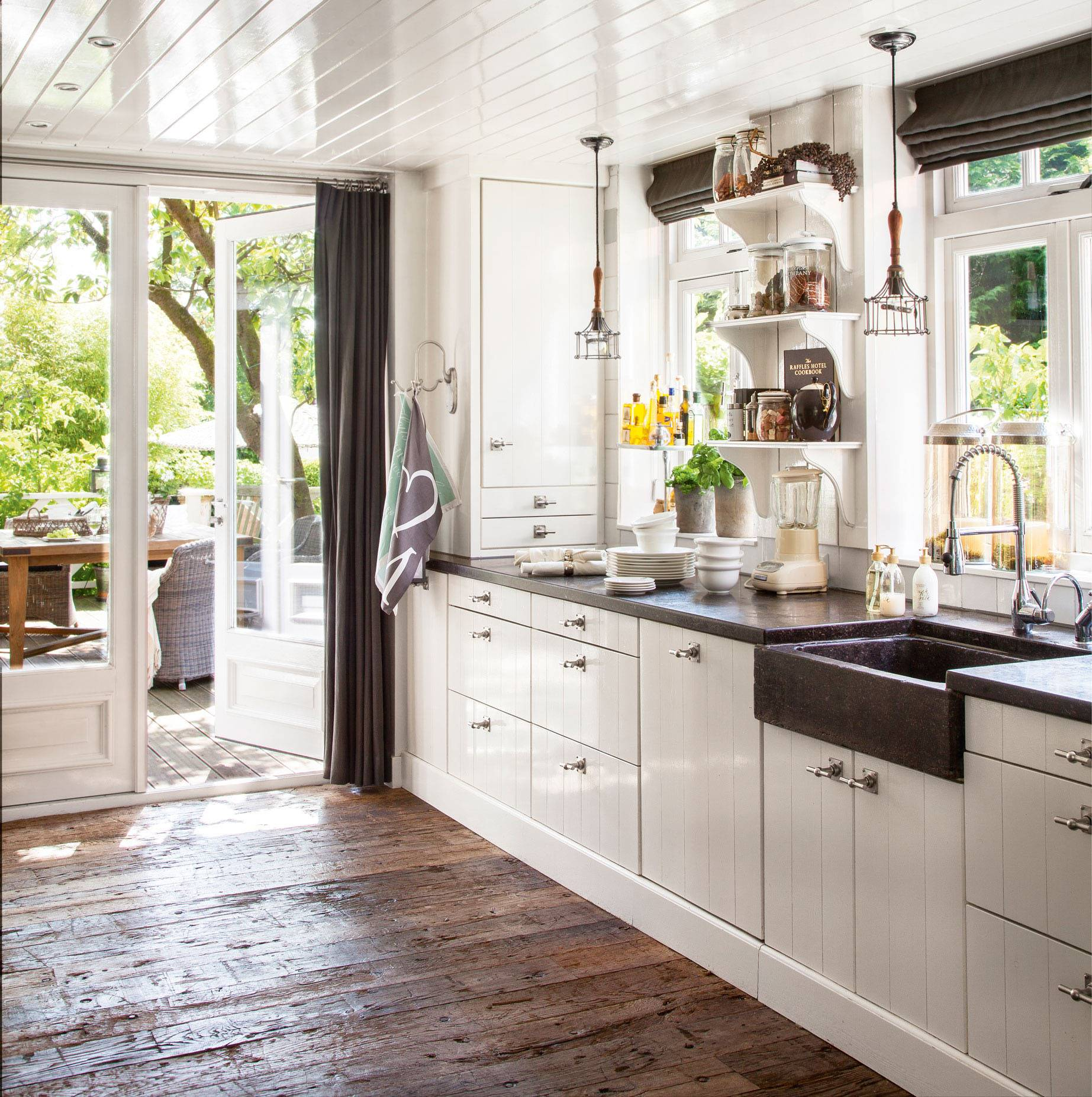 50 cocinas r sticas bonitas con muebles vintage y mucho for Suelos vinilicos para cocina