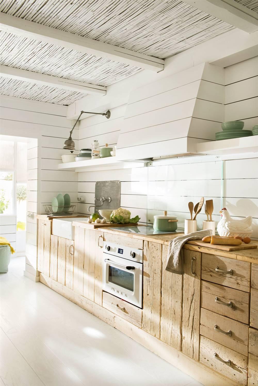 50 cocinas r sticas bonitas con muebles vintage y mucho for Muebles antiguos de cocina de madera