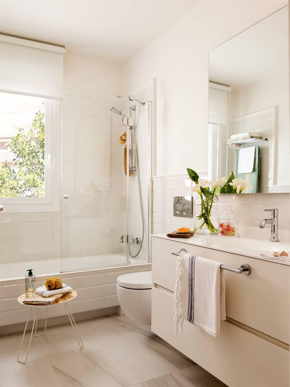 baño con bañera y mampara e inodoro suspendido detrás mueble bajolavabo_00411868