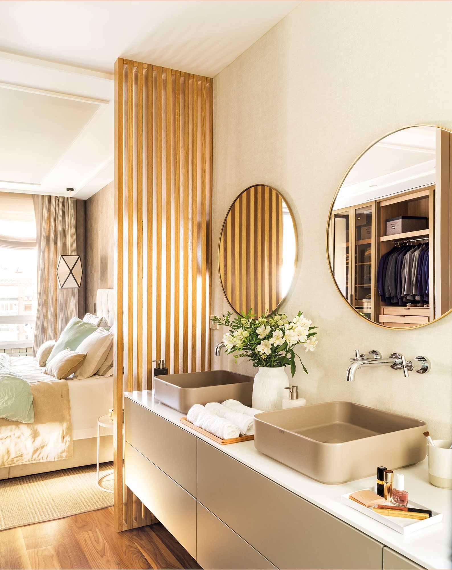 Un Baño En Suite Está Abierto Al Dormitorio Y Es Elegante Y