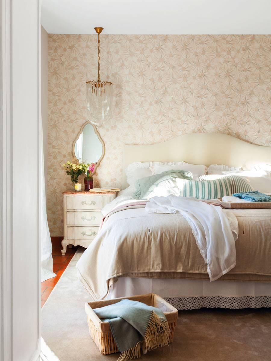 dormitorio-cama-con-cabecero-y-papel-pintado-y-espejo-sobre-mesita-de-noche 477808. Curvas evocadoras