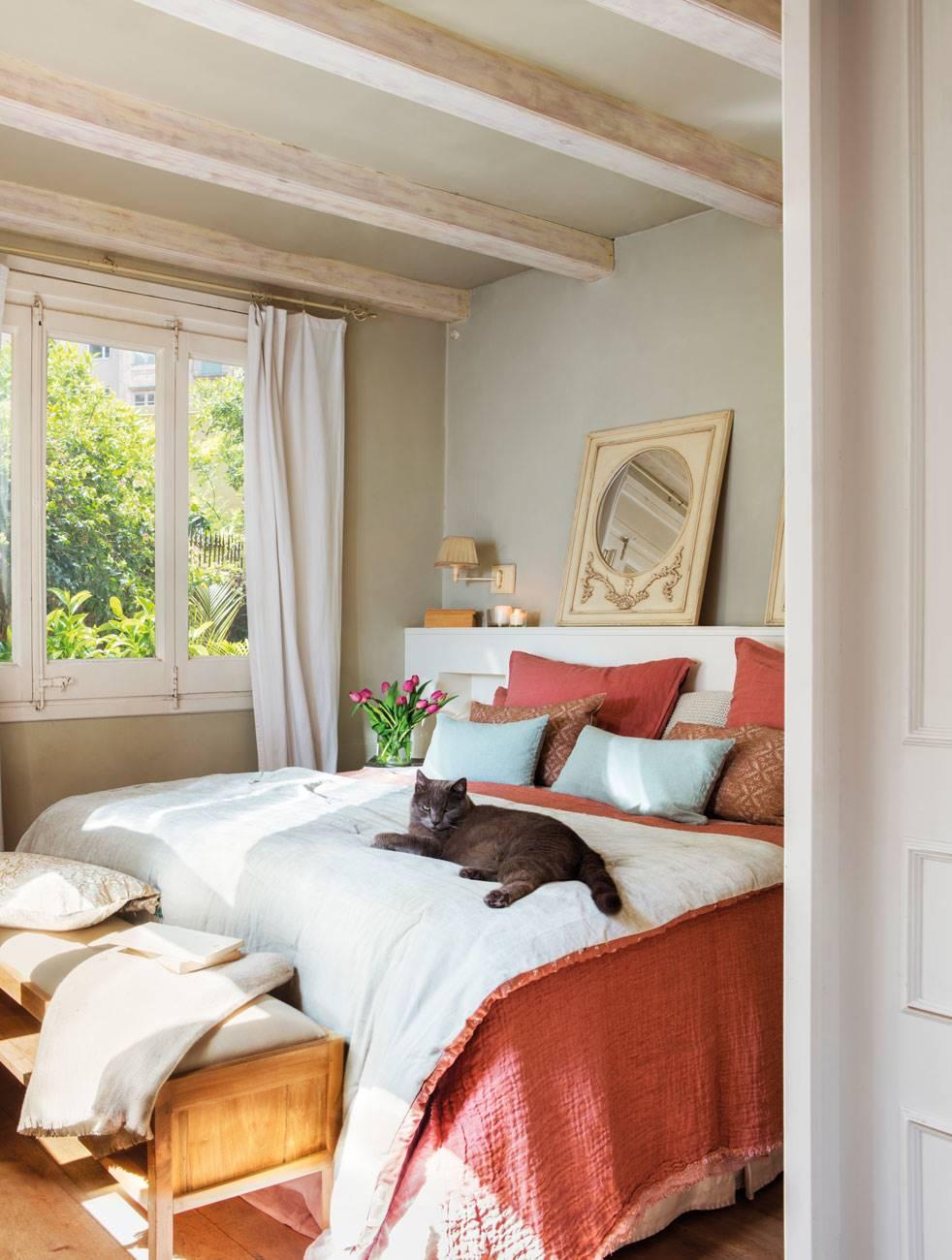 dormitorio-con-gato-sobre-casa. Romanticismo a medida