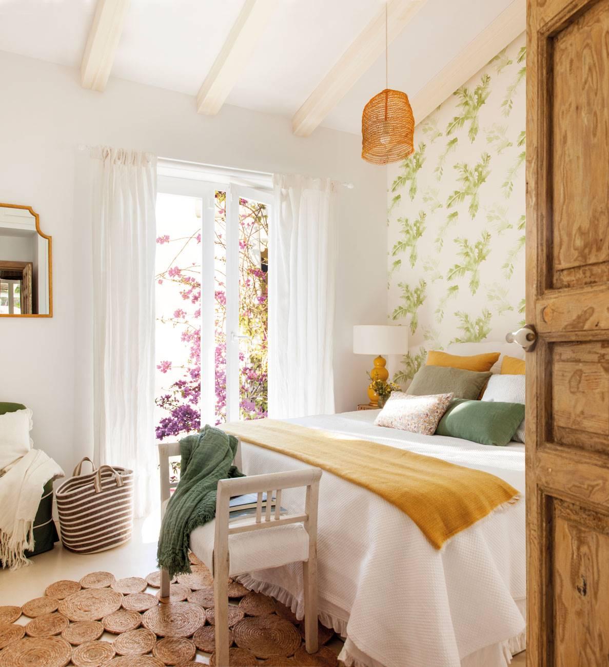 dormitorio-papel-pintdado-motivos-vegetales-y-alfombra-fibras-vegetales 487082. El romanticismo llega en primavera