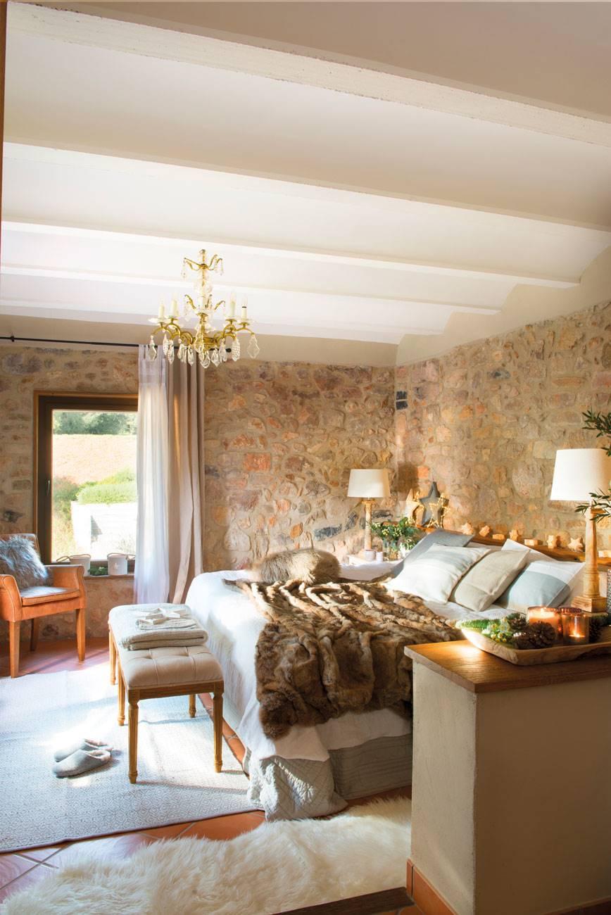 dormitorio-rústico-con-paredes-piedra-vista-lampara-techo-chandelier 471061. Texturas que abrigan