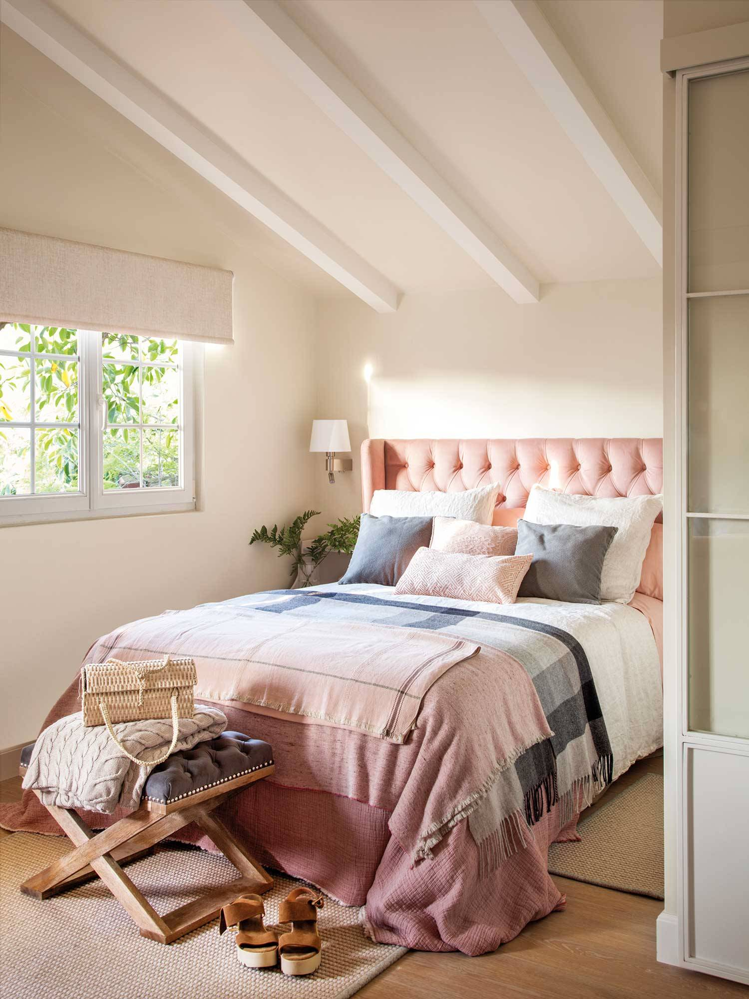 00489123. Tonos suaves para un dormitorio de primavera 粉色床的卧室