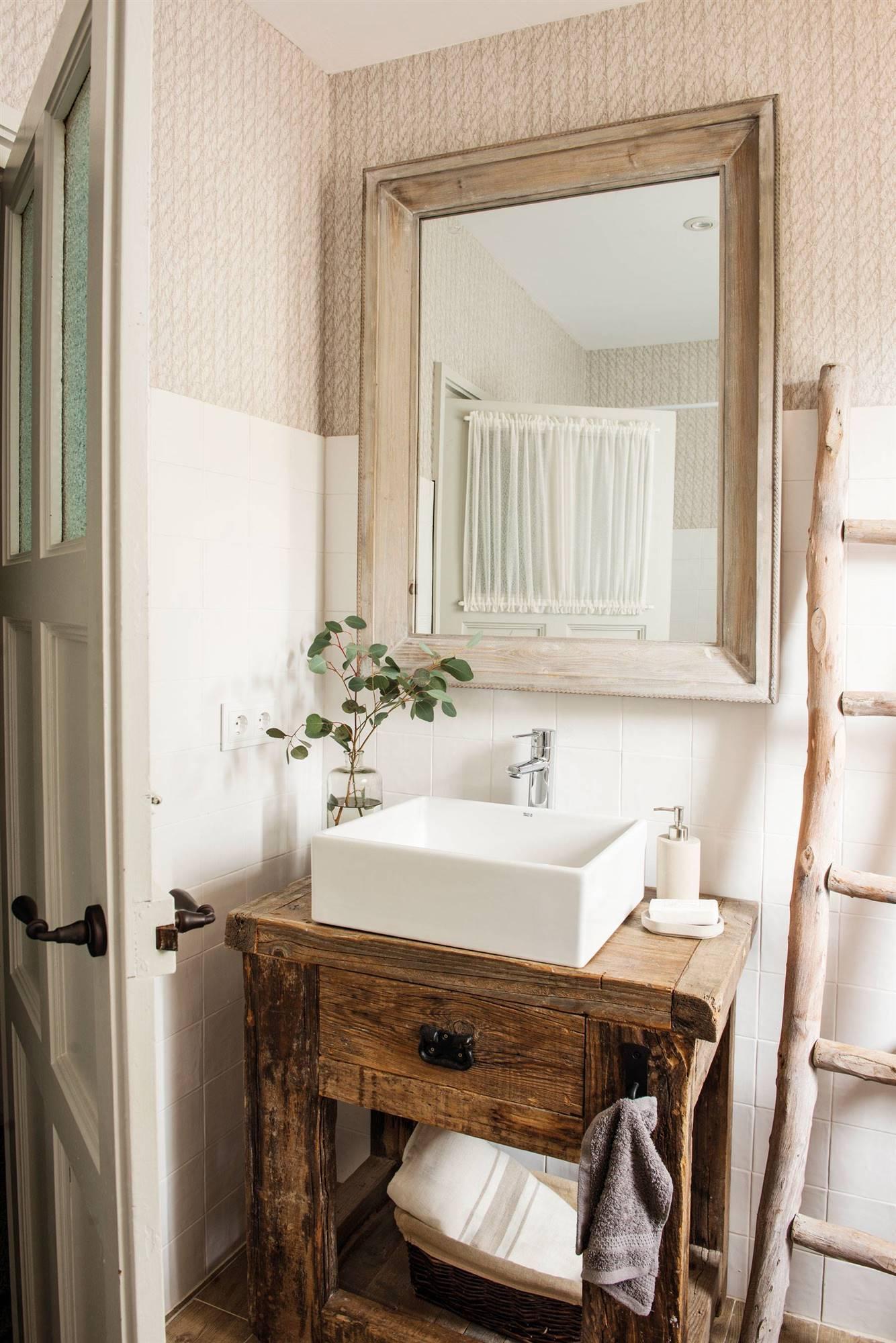 Baño pequeño con papel pintado y alicatado 00487133. Papel pintado también para  baños pequeños 766231d0f675