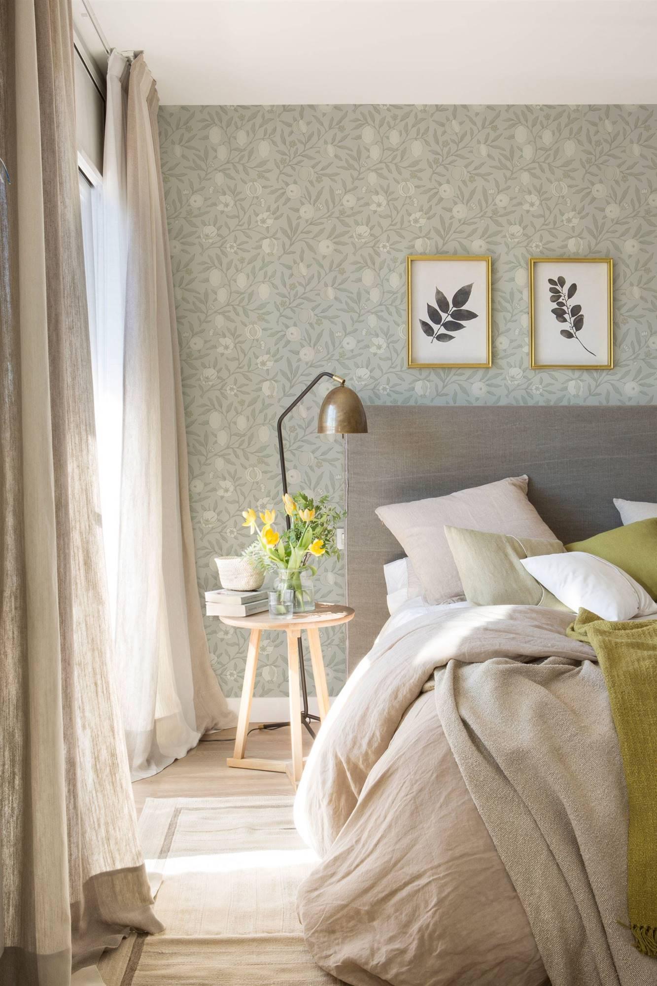1871718ec55 Dormitorio papel pintado gris azulado. Y flores también en el cabecero