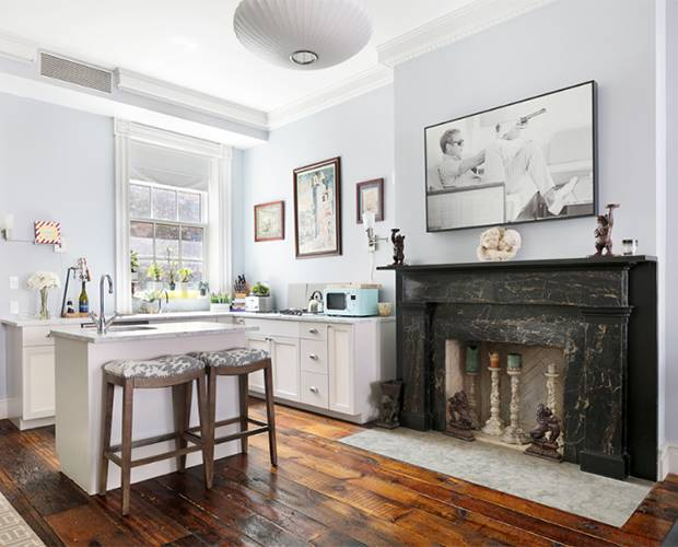 10-emma-stone-kitchen-and-fireplace. La casa que Emma Stone compartió con Andrew Garfield