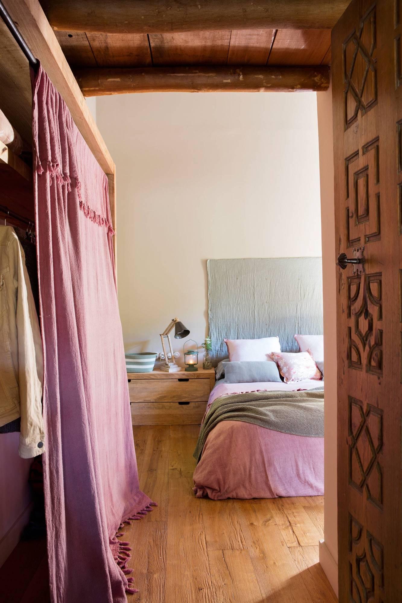dormitorio con armario con cortinas rosas y suelo de madera natural_00443289 O. El armario será decisivo