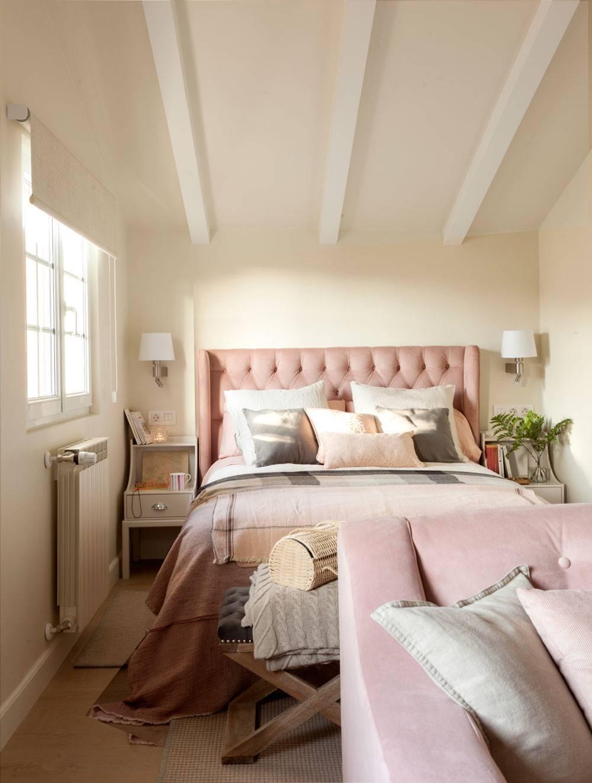 Dormitorio con cabecero tapizado y radiador. Busca el confort térmico