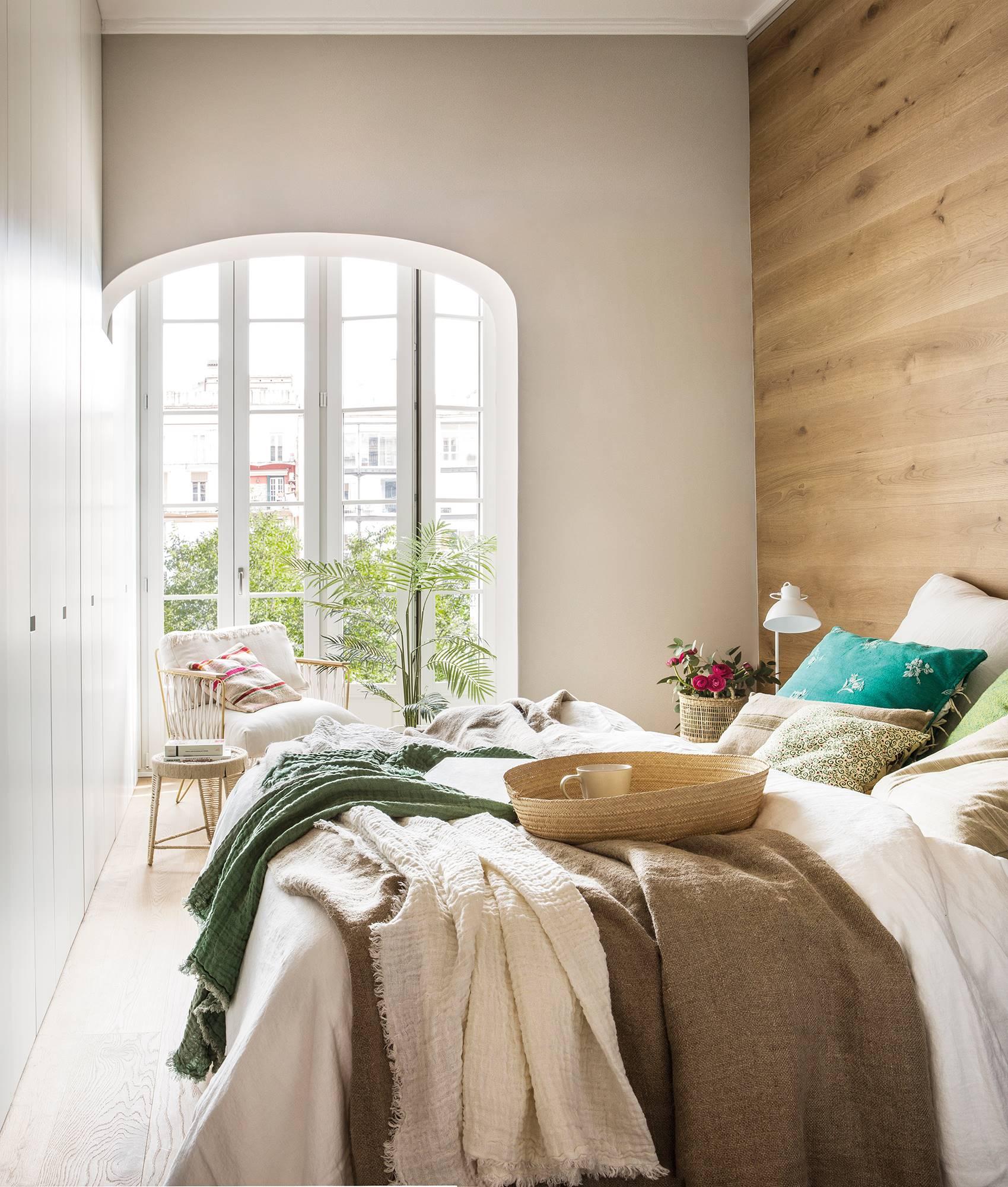 Dormitorio con pared de madera y gran armario empotrado a pie de cama_ 00456786. Crea un rincón con encanto