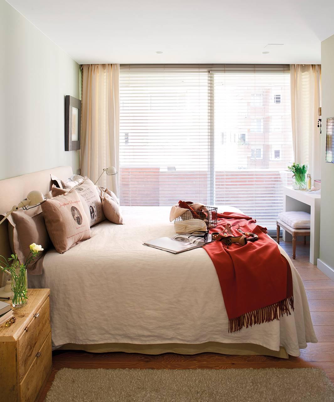 Dormitorio con suelo de parquet y cortinas de lino. Renueva el suelo