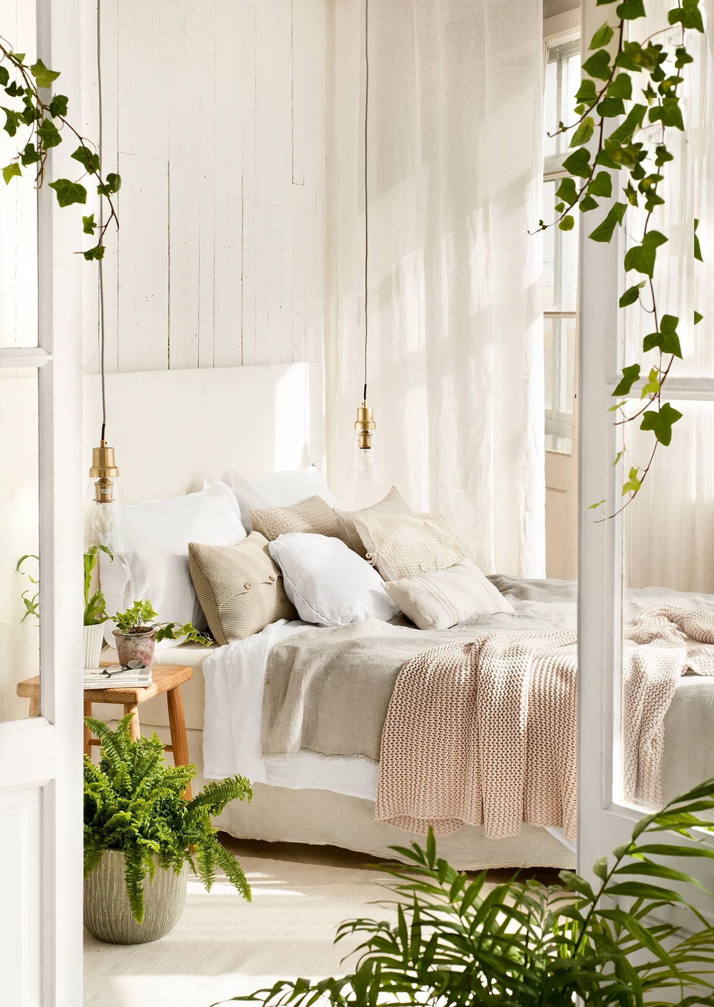 Dormitorio en blanco con cama bien vestida_ 00427724. Vístelo para seducir