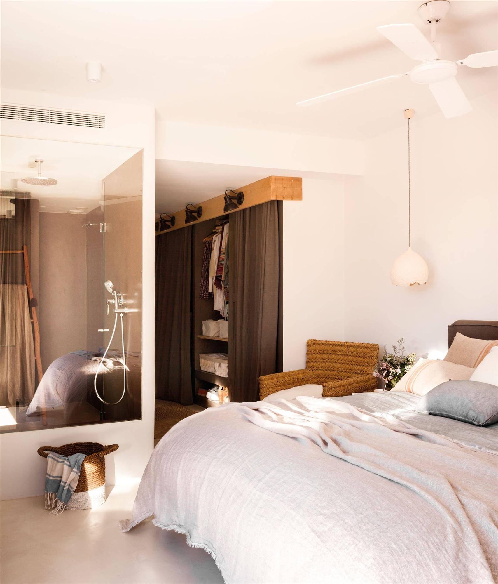 dormitorio en suite con baño integrado con muro de cristal_00436746. Conviértelo en una suite