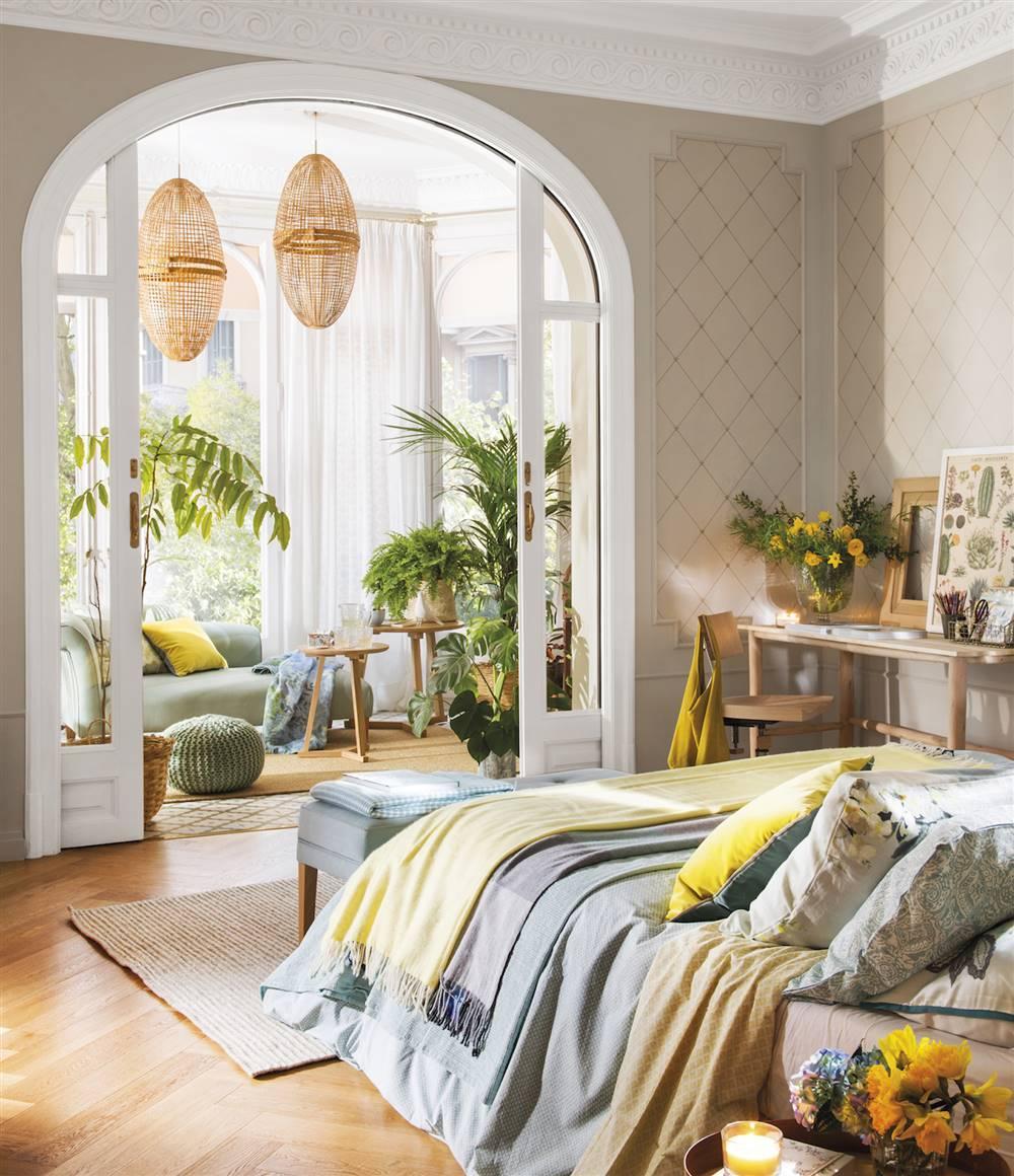 dormitorio-con-galeria-al-fondo-y-plantas-00480160 f64d1fa8 1000x1160. Primer truco: usamos azul y amarillo