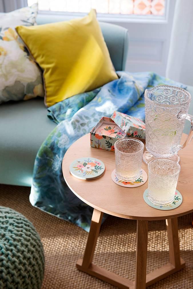 mesa auxiliar madera posavasos 00466067 O. Séptima clave: buscamos detalles pequeños con flores