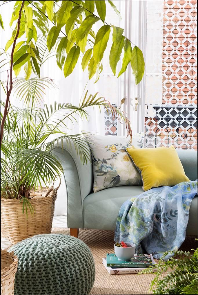 salon con puf y plantas 00480167 O. Octava: la butaca o la chaise longue, a juego con la cama