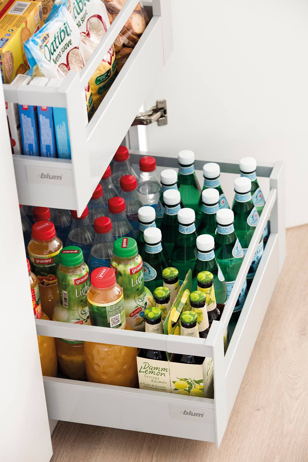 Kitchen-thousand-cabinets-00497489.  Drawers that expose the contents