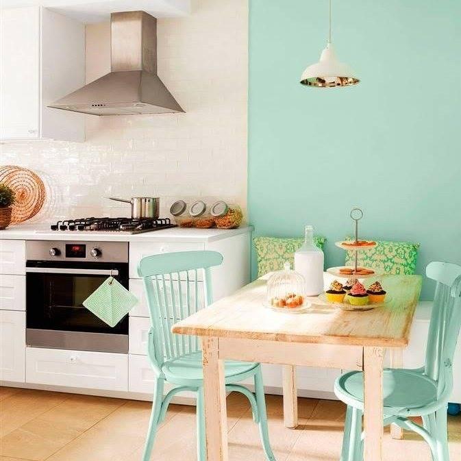 cocina-office-en-blanco-y-verde-menta-con-mesa-de-comedor-de-madera-sillas-estilo-thonet-en-verde-lampara-de-techo-campana-extractora-y-azulejos-blancos-brillantes - Feng Shui . Tonos pastel: color matizado por el blanco