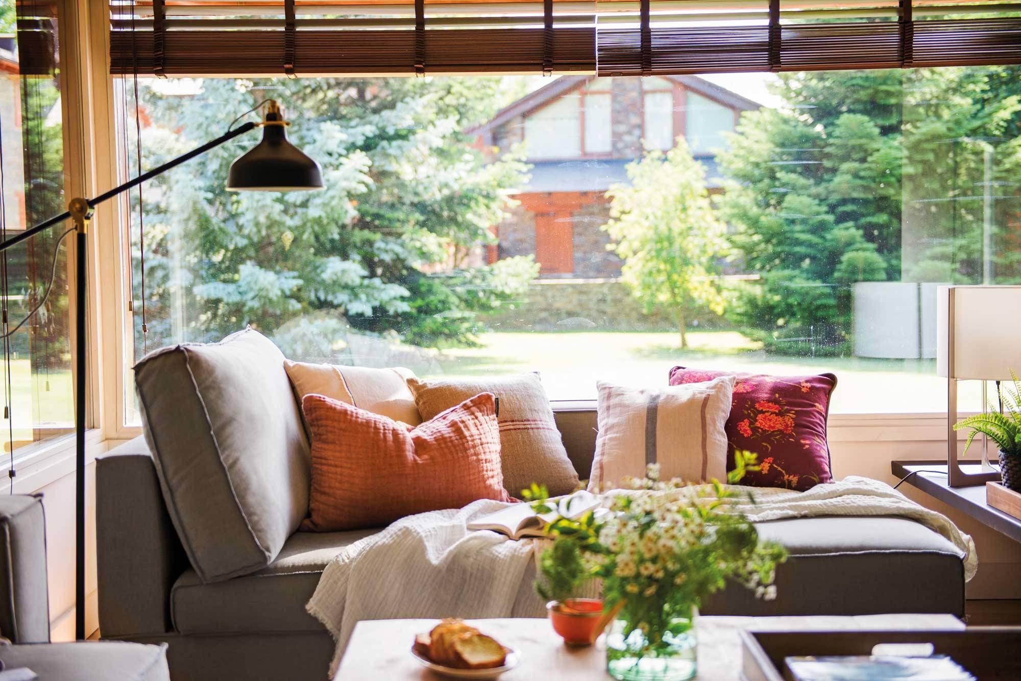 errores-al-elegir-sofa-00492130. Pregunta por la resistencia de tapicería y estructura