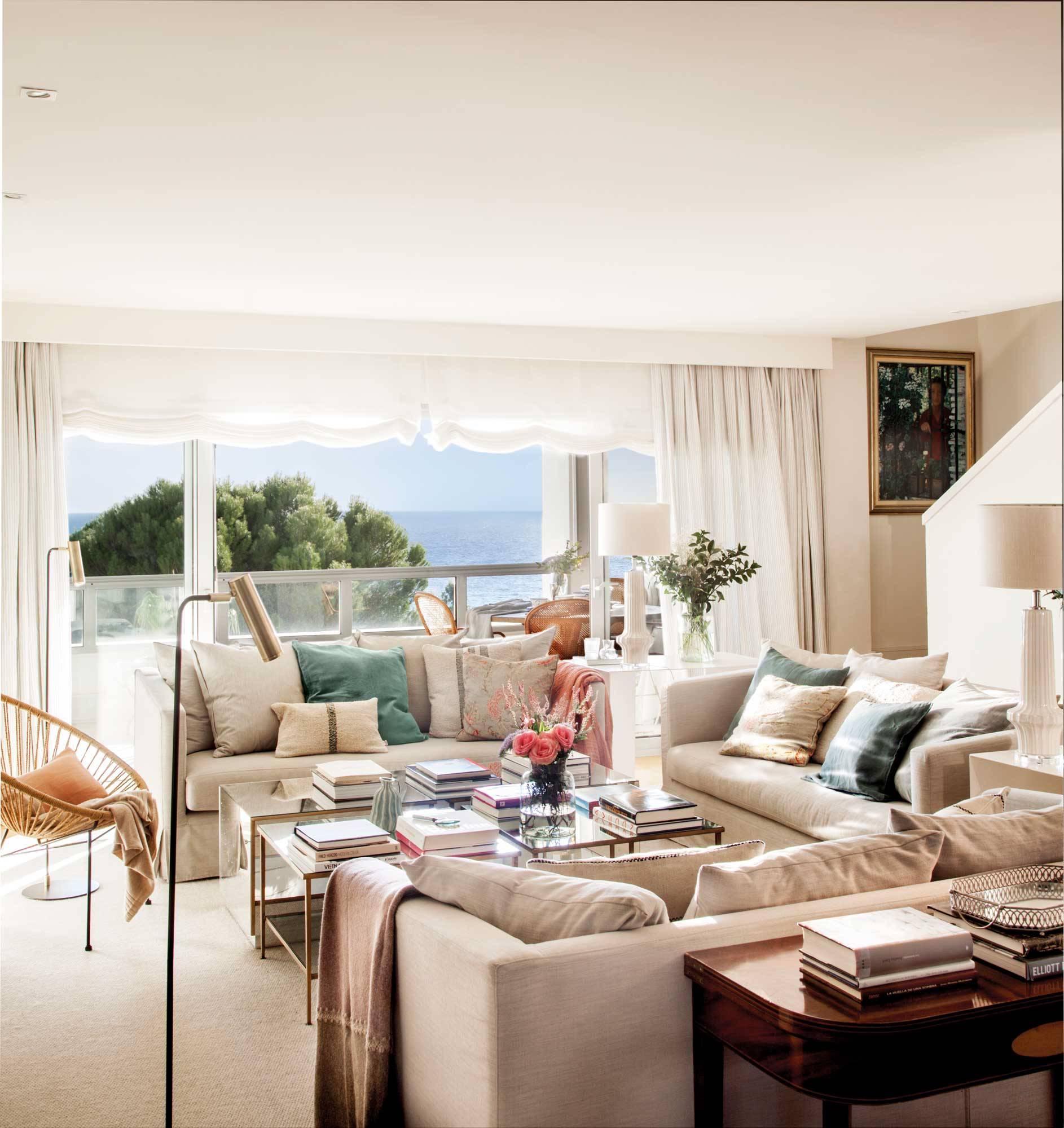errores-al-elegir-sofa-00497565. No probar bien el sofá, ¡debe ser cómodo!