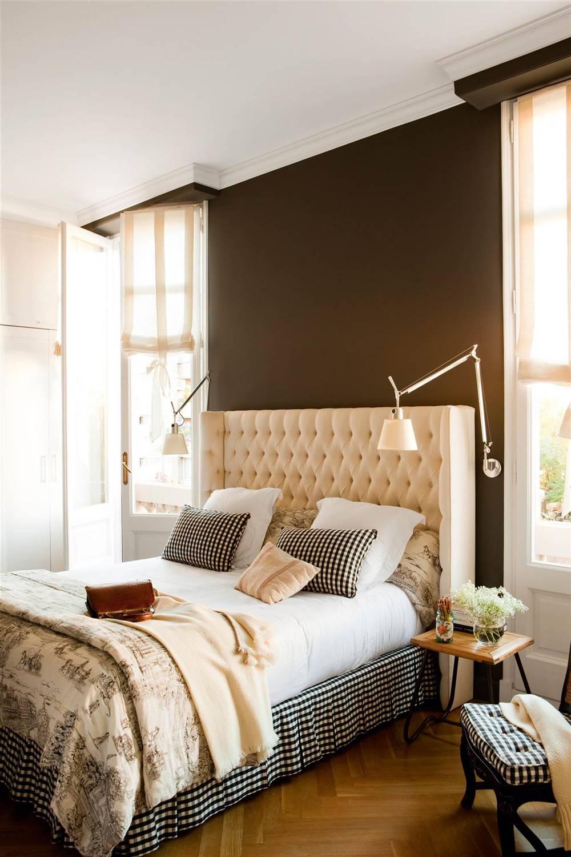 Dormitorio con faldón cama estampado vichy y toile de jouy